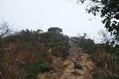 12:32 後火山の途中に東屋が、ここで昼食
