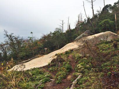 11:13 千畳敷へ 大きな1枚岩 下は空洞です