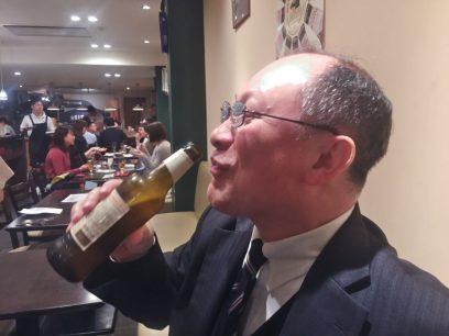 ビールをラッパ飲み