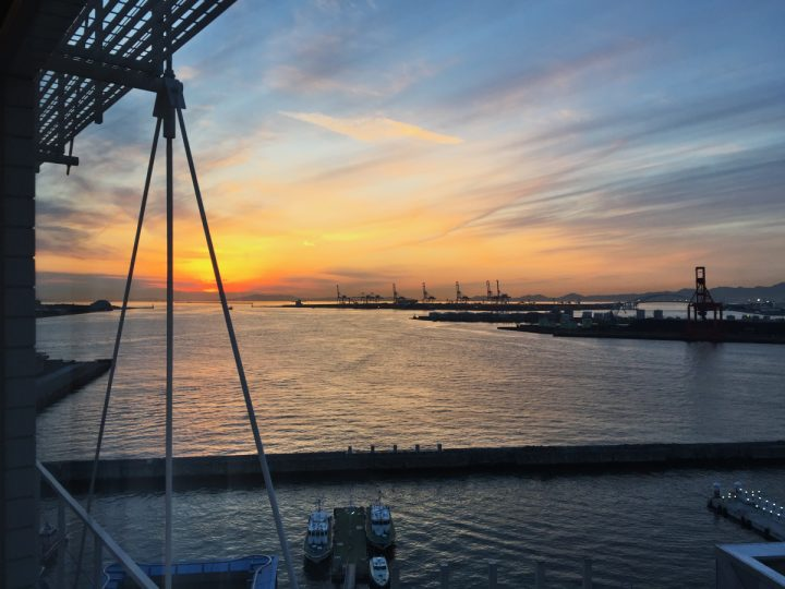 ホテルの窓から大阪港の夕焼けを眺める