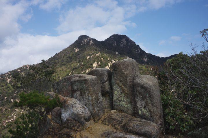 石船山(194m)から右田ヶ岳を望む ちょっと青空