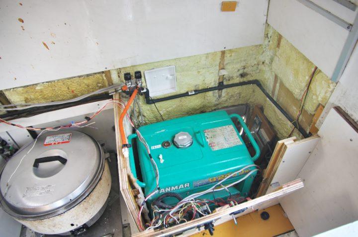 機材(レンジ、フライヤー)を移動して、トップカウンターを外します 配管が破損しています