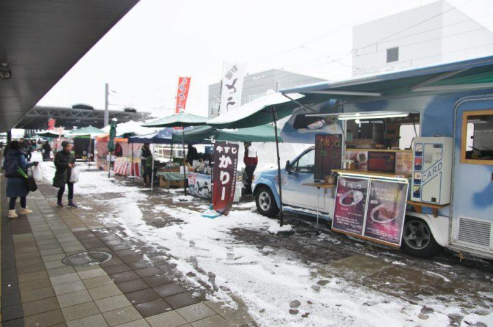 雪の中、出店です・・・寒そうですね