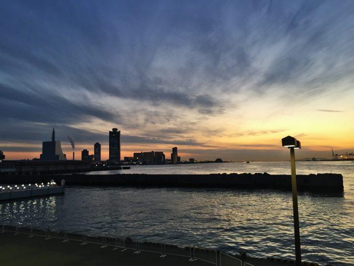 大阪港はまだ夕焼けの残照で赤い