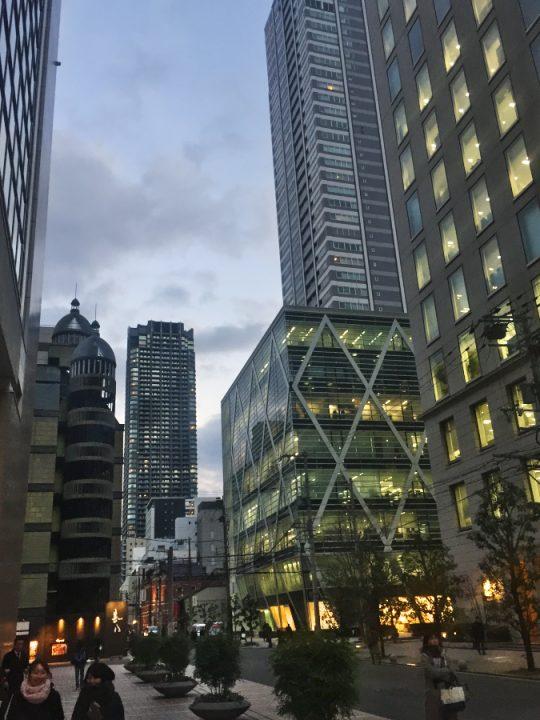 淀屋橋のビジネス街 ×のあるビルが明日のセミナー会場