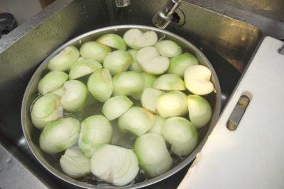 北海道産の玉葱は皮をむいて、芯を取ります