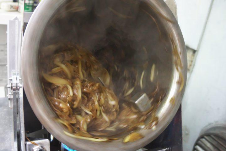 ロータリークッカーで玉葱を炒めます 約40分
