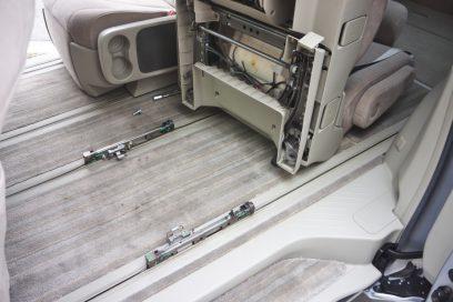 4つのボルトを外してシートを撤去