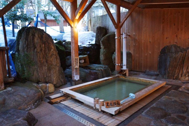 ひっそりとした山奥にある旅館 大きなヒノキの露天風呂が気持ちよい