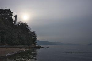宇品灯台にぼんやりと太陽が光っています