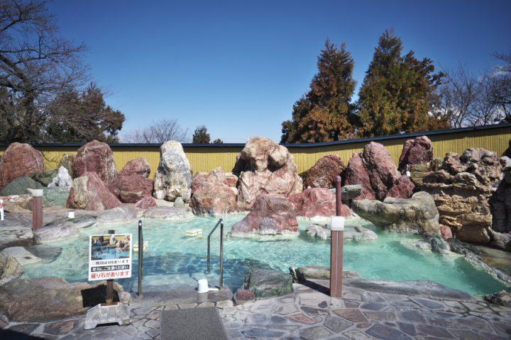 大きな岩を配置した露天風呂には源泉が溢れている