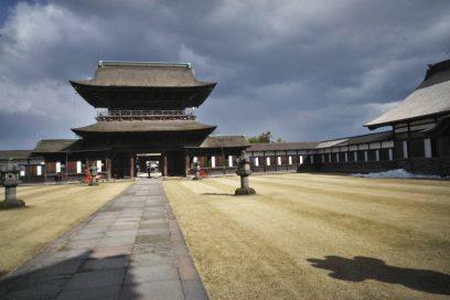 高岡市にある国宝瑞龍寺を 大きな規模のお寺で見ごたえがある