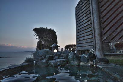 富山湾を眺める海明かりの露天風呂
