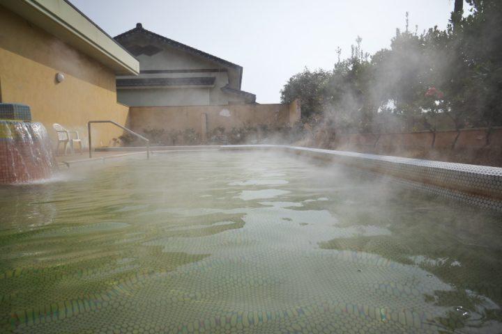 能登島のひょっこり温泉 大きなプールのような露天