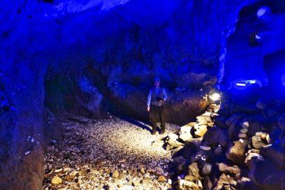 洞窟内は青い照明