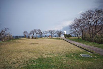 灯台の周辺は広い芝となっている
