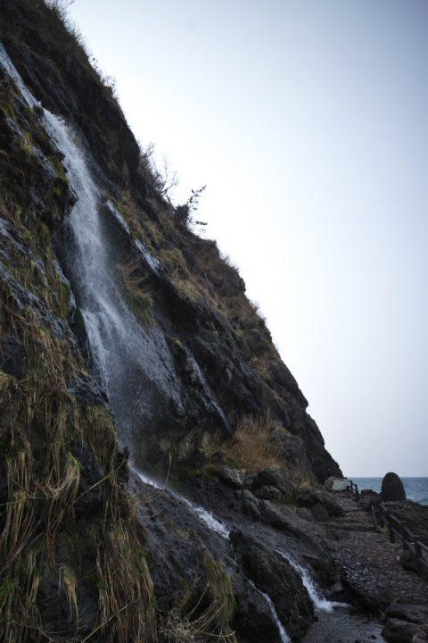 日本海に落ちている垂水の滝