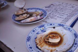 浜の茶屋で焼貝を ホタテ、白貝、ハマグリ